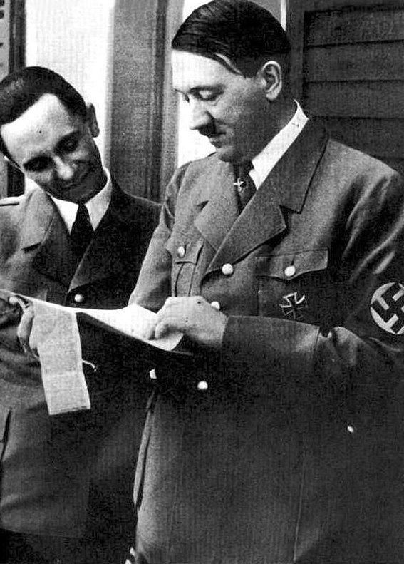 Йозеф Геббельс и Адольф Гитлер. 1943 г.