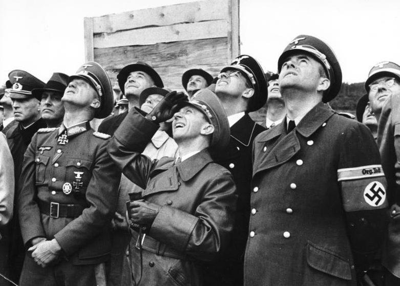 Йозеф Геббельс и министр вооружений Альберт Шпеер на испытании вооружений. 1943 г.