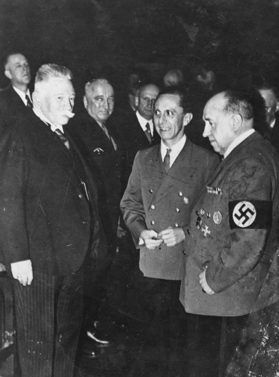 Йозеф Геббельс и Вальтер Функ. Берлин. 1943 г.