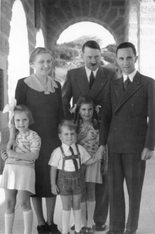 Йозеф Геббельс с семьей и Адольф Гитлер. 1943 г.