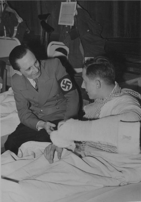 Йозеф Геббельс в госпитале. Берлин. 1943 г.