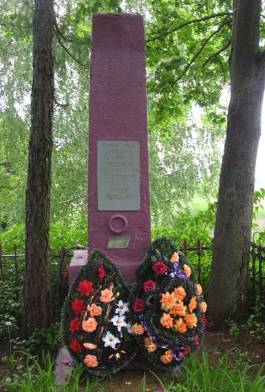 д. Костричская Слободка Кировского р-на. Памятник, установленный на братской могиле, в которой похоронено 137 советских воинов, в т.ч. 38 неизвестных, погибших в 1942 году.