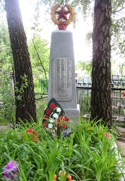 д. Столпище Кировского р-на. Памятник, установлен на братской могиле, в которой похоронено 63 советских воинов, погибших в 1944 году.