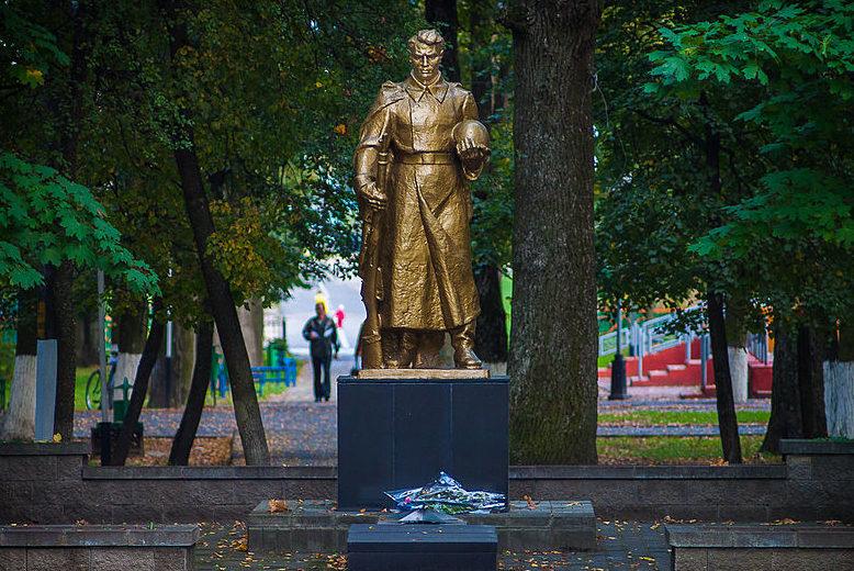 г. Климовичи. Памятник в городском парке, установленный на братской могиле советских воинов, погибших в годы войны.