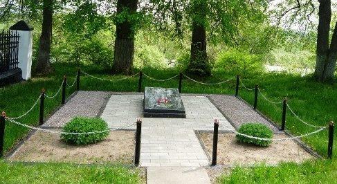г. Кричев. Мемориальная плита установлена в 2013 году по улице Сиротинина на месте перезахоронения 40 воинов, погибших в 1941 году.