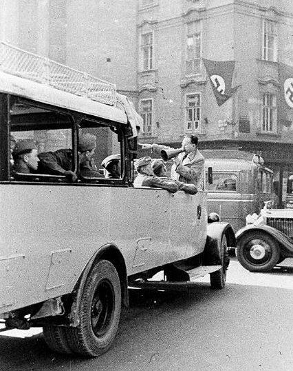 Автобусы с немецкими солдатами на улицах города. Март 1938 г.
