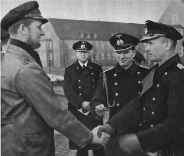 Карл Дёниц награждает командира подлодки U-37. 1941 г.