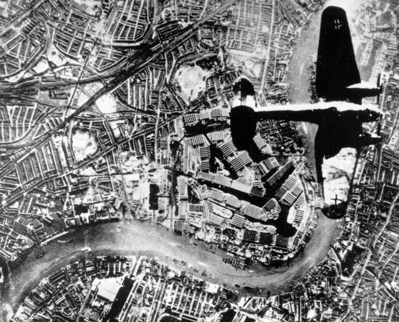 Немецкий бомбардировщик He-111 над доками Лондона.1940 г.
