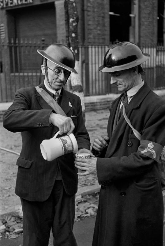 Лондонский спасатель наливает чай своему товарищу после ночного дежурства. 1940 г.