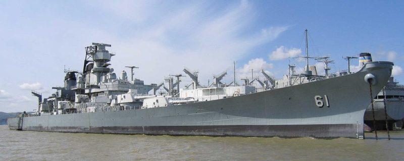 Американский линкор «Iowa» в качестве музея на якорной стоянке в порту Лос-Анджелеса.