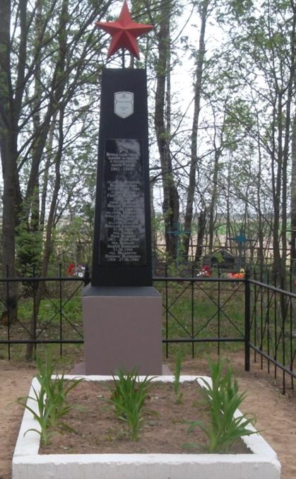 д. Грибаны Могилевского р-на. Братская могила на кладбище села, в которой захоронено 11 воинов, в т.ч. 3 неизвестных.