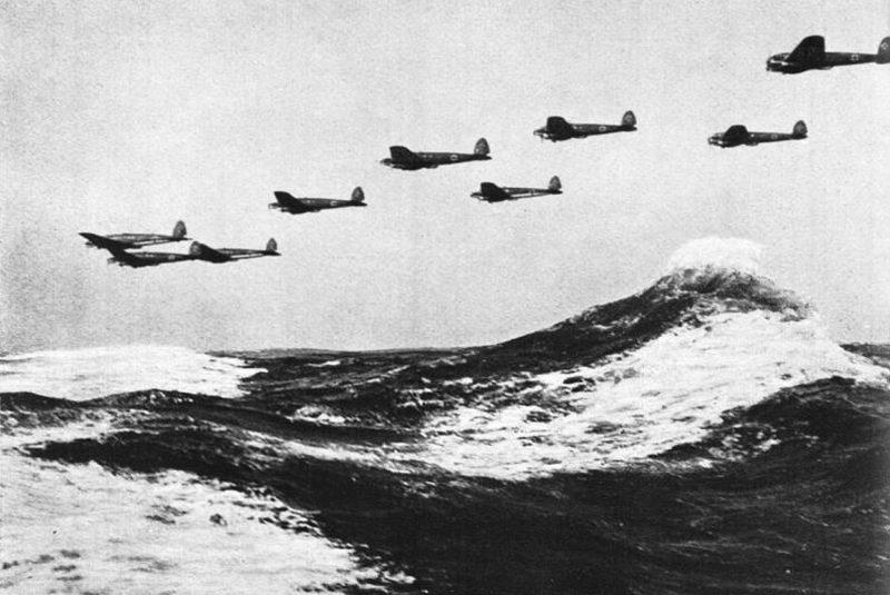 Бомбардировщики He-111 бомбардировщики над Английским каналом. 1940 г.