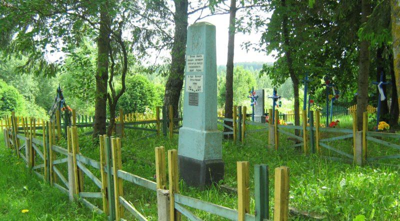 д. Полочки Дрибинского р-на. Памятник на кладбище установлен на братской могиле, в которой похоронено 5 советских воинов, погибших в годы войны.