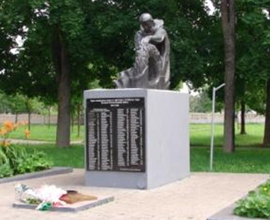 п. Белыничи. Памятник в Липовой роще, установленный на братской могиле, в которой похоронено 348 воинов и партизан, в т.ч. 155 неизвестных, погибших в годы войны.