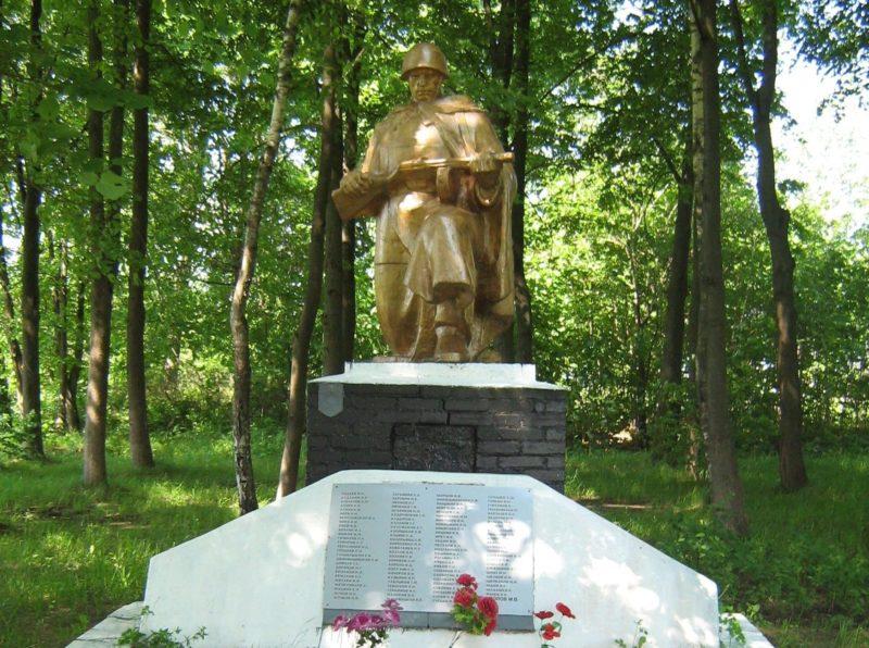 д. Робцы Дрибинского р-на. Памятник установлен на братской могиле, в которой похоронен 101 советский воин, погибший в годы войны.