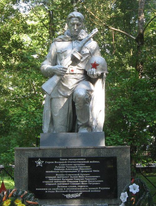 г. Кричев. Памятник установлен в 1959 году на братской могиле, в которой похоронено 50 воинов, в т.ч. 44 неизвестных, погибших во время войны.