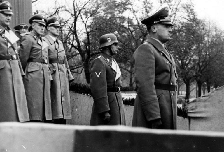 Ганс Франк на параде в Кракове. 1939 г.