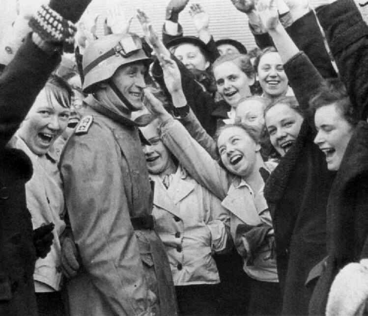 Жители Вены встречают германские войска. 13 марта 1938 г.
