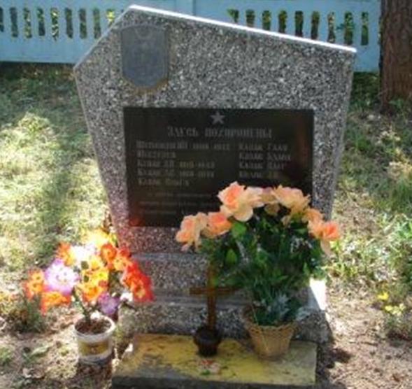 п. Белыничи. Памятник, установленный на братской могиле 9 местных жителей, расстрелянных в 1942 году.