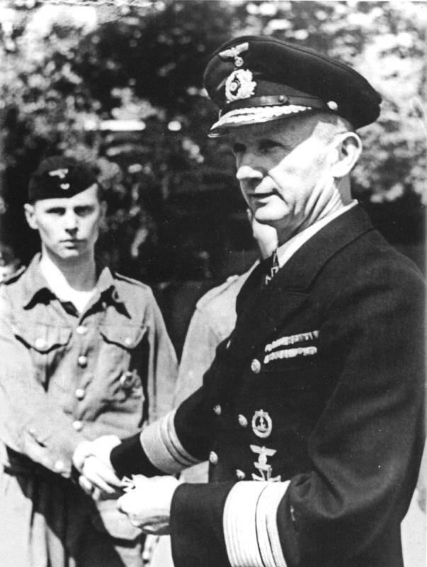 Карл Дениц награждает матроса. 1942 г.