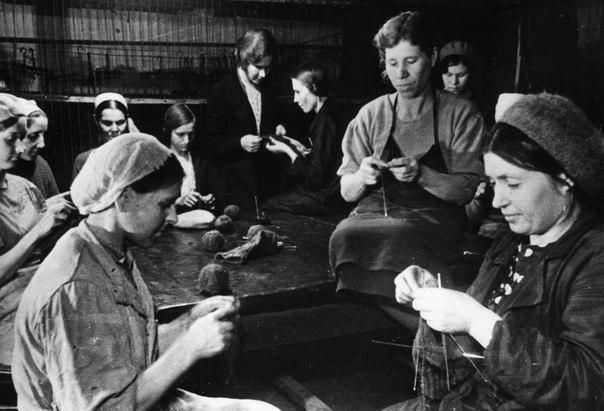 В обеденный перерыв рабочие ГАЗа из отходов производства вяжут носки для фронтовиков. 1941 г.