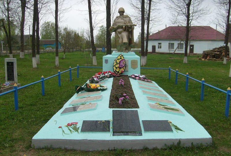 д. Рясно Дрибинского р-на. Памятник, установленный в 1964 году на братской могиле, в которой похоронено 745 советских воинов, погибших в 1943-1944 годах.