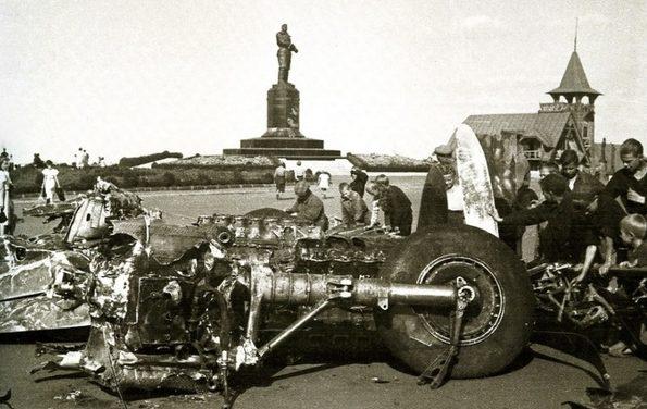 Обломки Ju-88, протараненного И. Шавуриным. Август 1942 г.