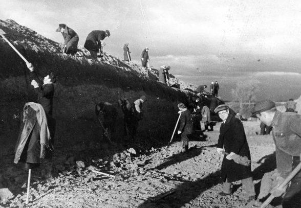 Автозаводцы роют противотанковые рвы. Октябрь 1941 г.