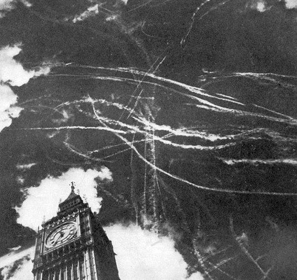 Следы воздушного боя в небе Лондона. 1940 г.
