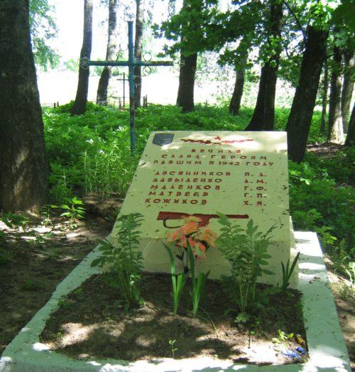 д. Рясно Дрибинского р-на. Памятник, установленный на братской могиле, в которой похоронено 5 советских воинов.