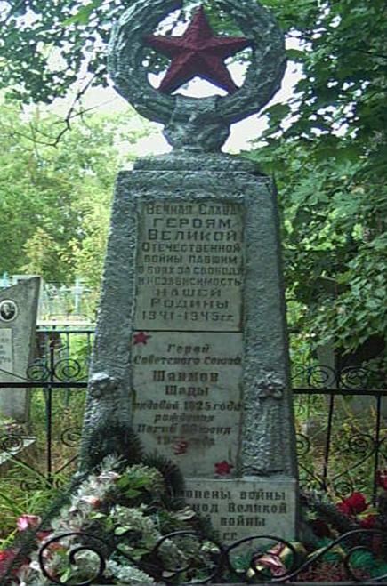 д. Дашковка Могилевского р-на. Братская могила на сельском кладбище, в которой похоронено 30 воинов.