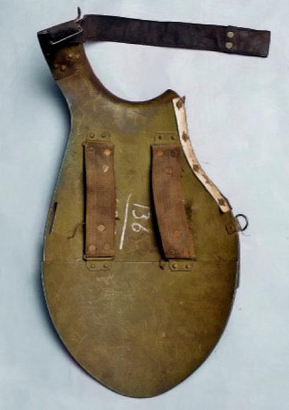 Лицевая и тыльная стороны стального нагрудника СН-39.