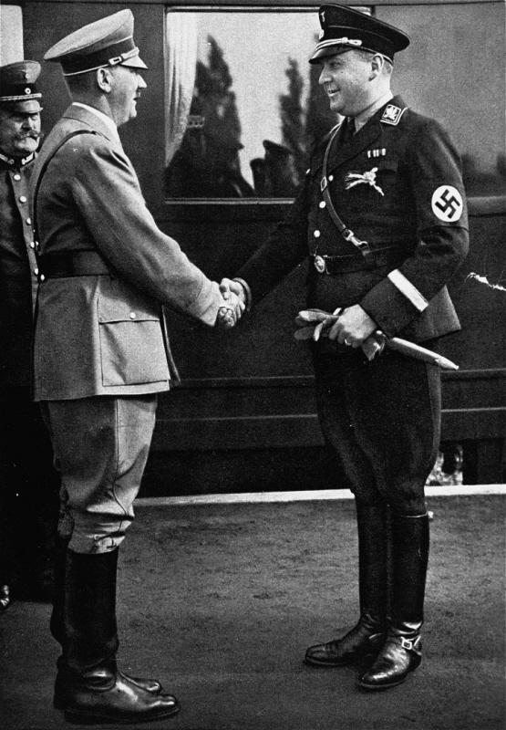 Рихард Дарре и Вдольф Гитлер. Берлин. 1935 г.