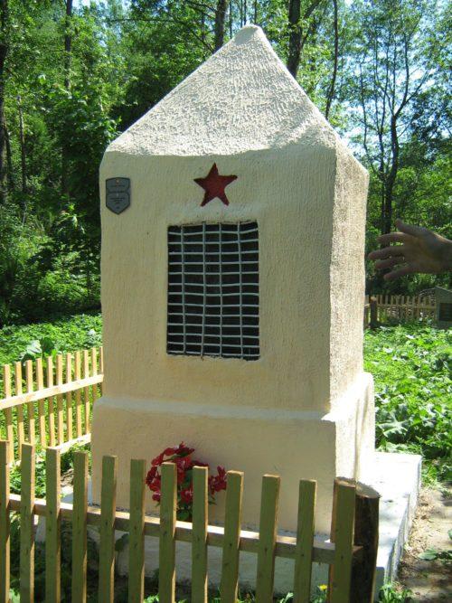 д. Рясно Дрибинского р-на. Памятник, установленный на братской могиле, в которой похоронено более 800 советских военнопленных.