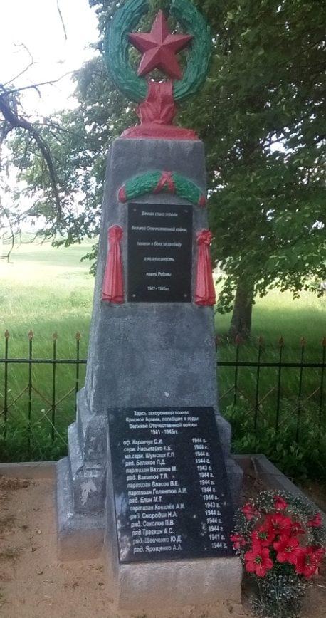 д. Досовичи Могилевского р-на. Братская могила на окраине села, в которой похоронено 120 воинов, в т.ч. 105 неизвестных.