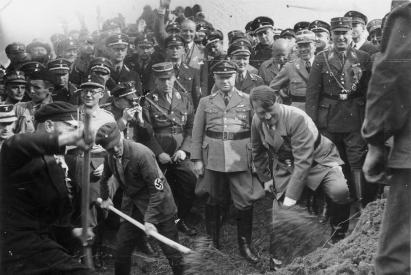 Адольф Хюнлайн и Адольф Гитлер на закладке автобана. Франкфурт. 1933 г.