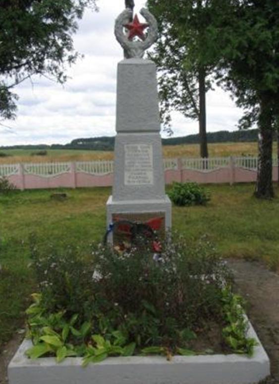 д. Вишов Белыничского р-на. Братская могила, в которой похоронено 15 партизан и советских воинов, в т.ч. 5 неизвестных, погибших в 1943-1944 годах.