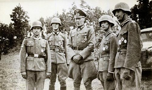 Гельмут Вейдлинг с награжденными солдатами. 1943 г.