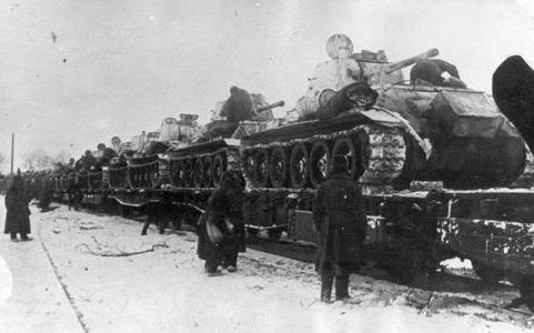 Отправка танков Т-34, выпущенных на заводе «Красное Сормово», на фронт. 1941 г.