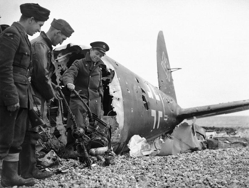 Сбитый бомбардировщик He-111. 13 июля 1940 г.