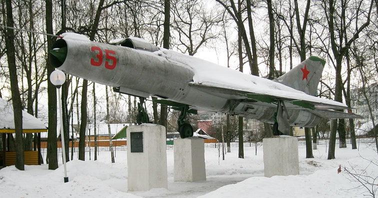 г. Климовичи. Памятник-самолет Су-9 установлен в декабре 1981 года в городском парке, как памятник землякам, Героям Советского Союза - участникам Великой Отечественной войны.