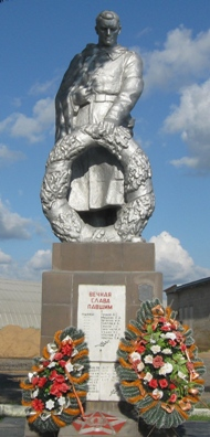 г. Кричев. Памятник установлен в 1960 году по улице Пугачева возле железнодорожной станция Кричев на братской могиле 58 воинов и мирных жителей, погибших во время налета фашистской авиации на железнодорожную станцию 5 мая 1944 года.