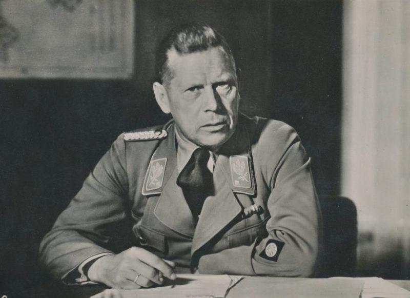 Адольф Хюнлайн в рабочем кабинете. 1935 г.