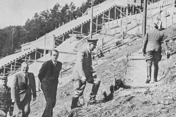 Адольф Шпеер и Адольф Гитлер инспектируют строительство стадиона в Нюрнберге. 1938 г.