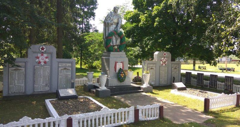 д. Лопатичи Славгородского р-на. Памятник, установленный на братской могиле, воинов, погибших в годы войны.