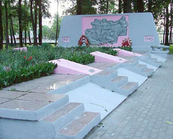 г. Чаусы. Братская могила в центральном парке города, в которой захоронено 25 воинов.
