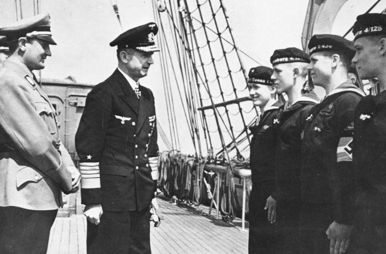 Карл Денниц и Бальдур Ширах на учебном судне «Хорст Вессель». 1943 г.