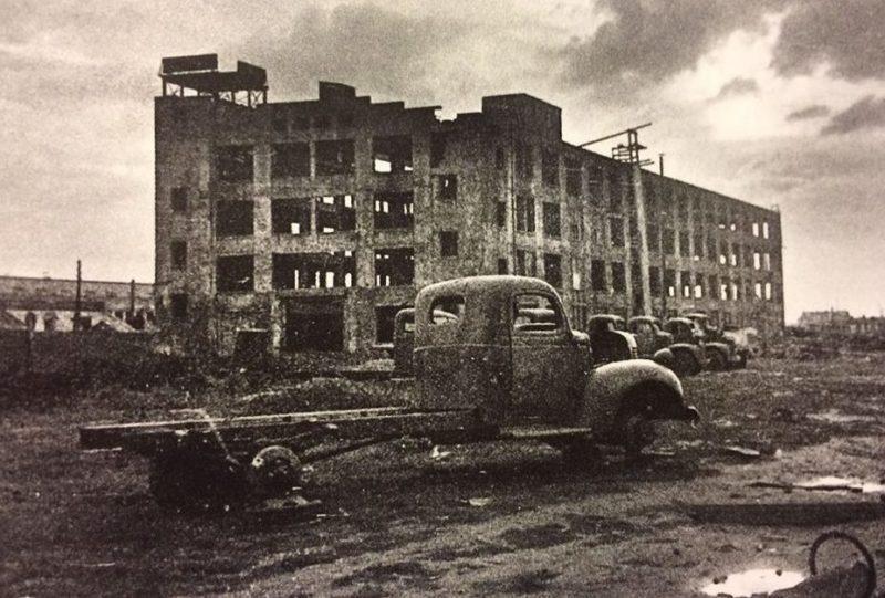 Сгоревшее здание главного магазина (склада) смежных деталей.