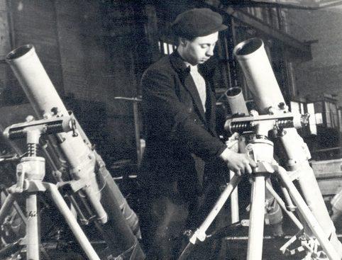 Стахановец Н.Гаврилов на сборке минометов. 1941 г.
