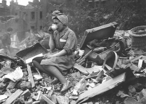 Чай на руинах своего дома. 1940 г.